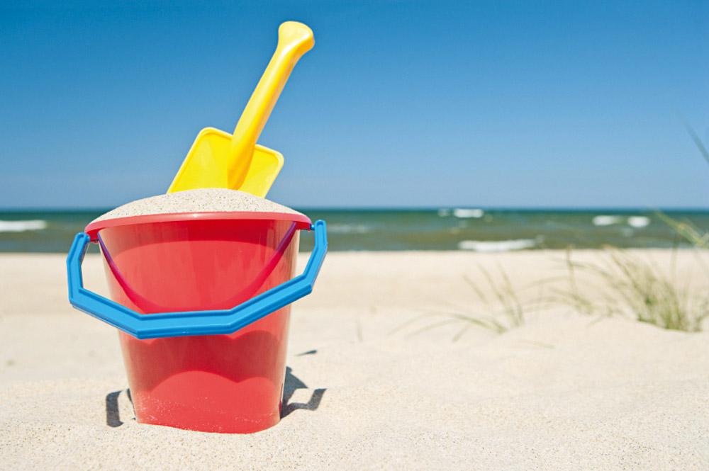 Eimer und Schaufel am Strand